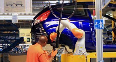 Industrie 4.0 par FORD : le robotique collaborative aide les techniciens à monter des amortisseurs.