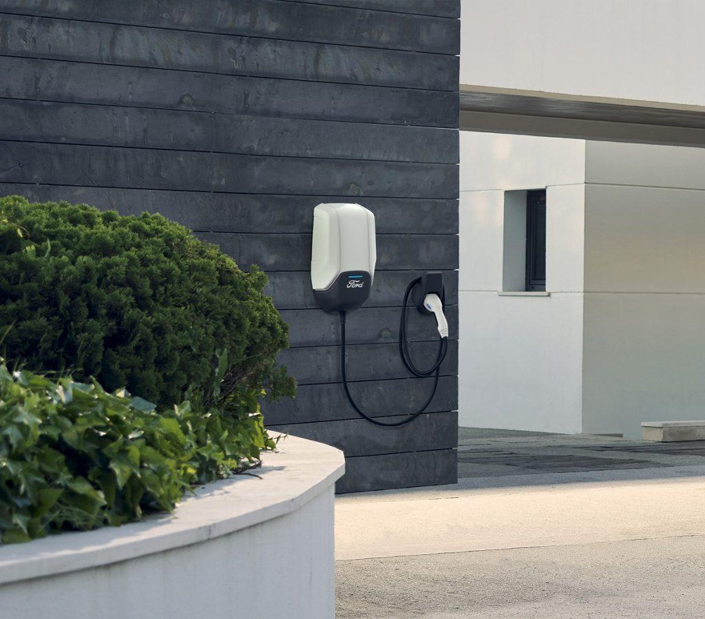 Ford présente aujourd'hui son dispositif pour recharger rapidement et confortablement les batteries de ses véhicules électrifiés.