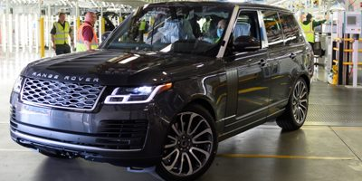 LE PREMIER RANGE ROVER CONSTRUIT SELON LES MESURES DE DISTANCIATION SOCIALE QUITTE L'USINE JAGUAR LAND ROVER DE SOLIHULL