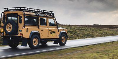 Land Rover Classic va reconstruire 25 Defender Works V8 Trophy
